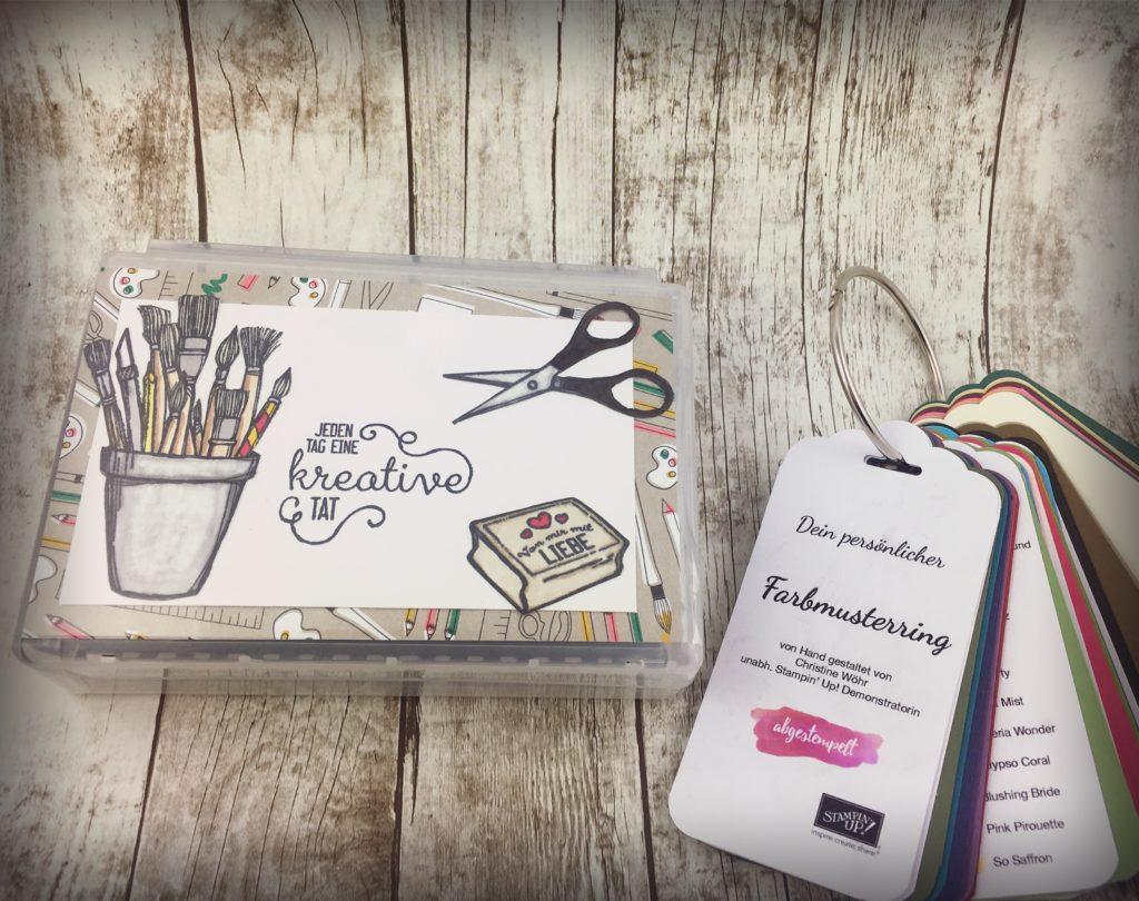 Stempelbox verziert mit Designerpapier und Stempel von Stampin up Farbmusterring als Geburtstagsgeschenk für Team-Kollegin