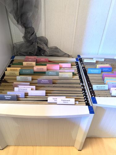 Bastelzimmer organisation Papieraufbewahrung Farbkarton